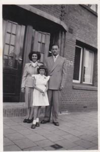 Netty en haar ouders in 1953 voor het huis waar haar opa woonde.