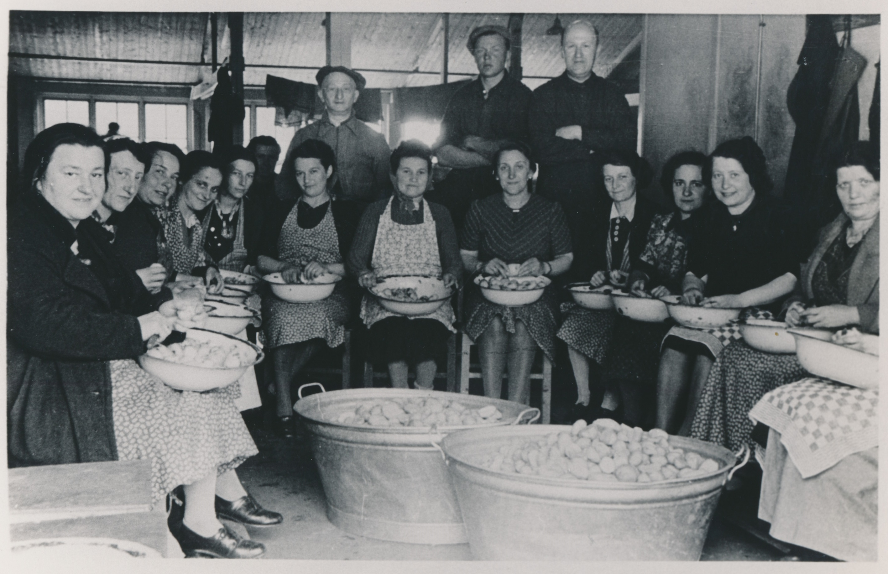 Vrouwen aan het werk in het levensmiddelenmagazijn (aardappelkeuken) van kamp Westerbork.