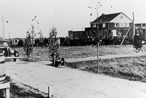 Binnenkomend transport in kamp Westerbork.