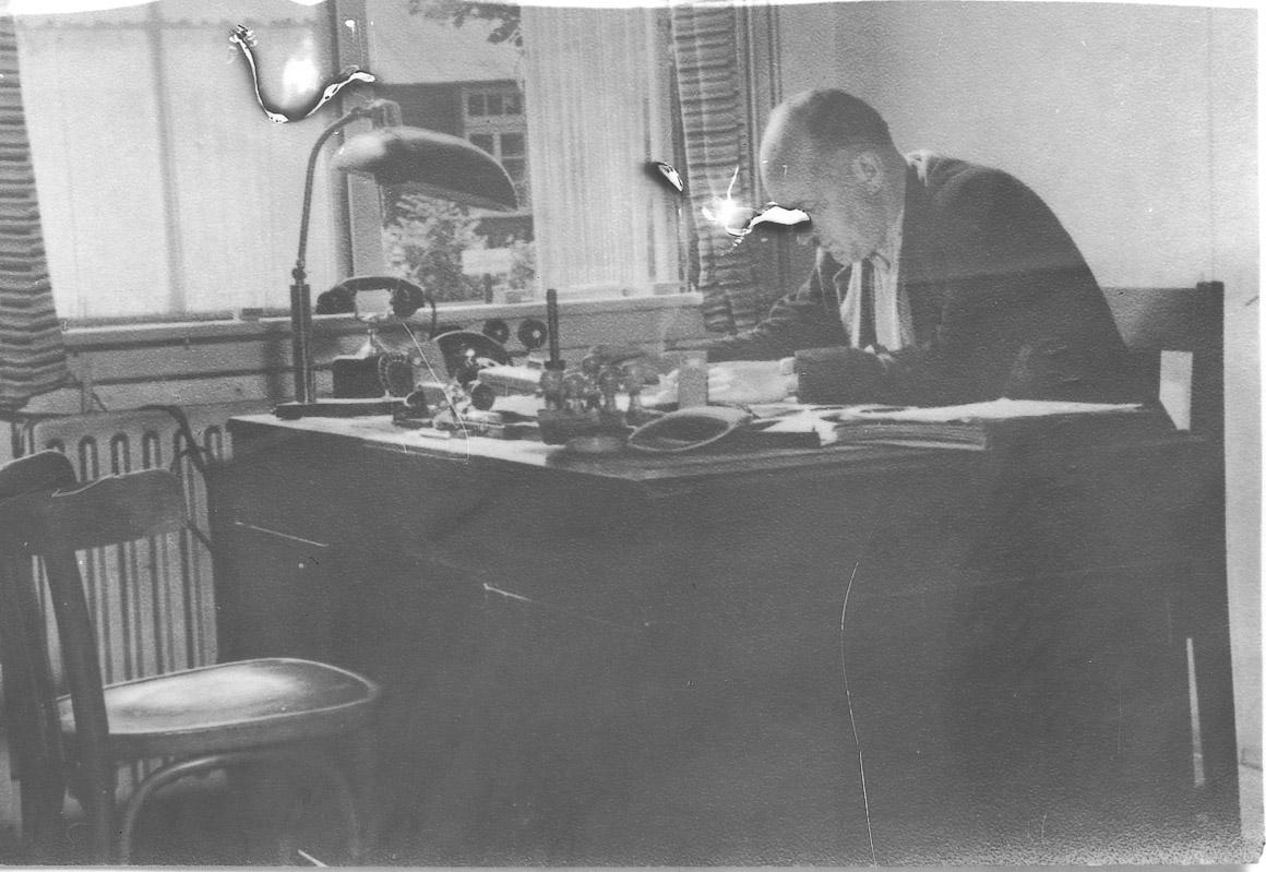 Kurt Schlesinger aan het werk in kamp Westerbork.