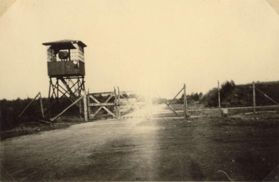 De oostelijke ingang van kamp Westerbork waar Mozes Vet op 11 april met zijn kruiwagen doorheen wandelde.